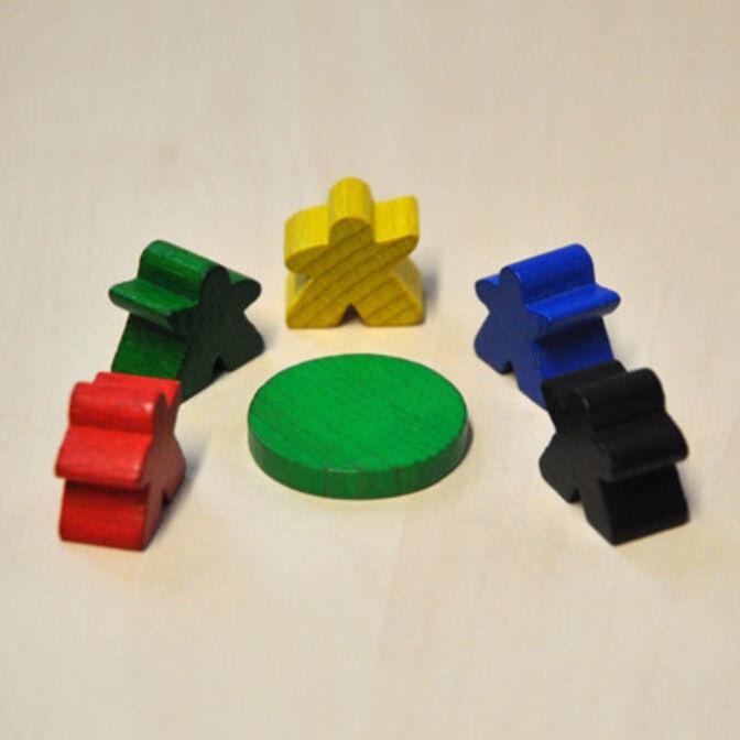 Spielfiguren um einen runden Holz-Spielstein