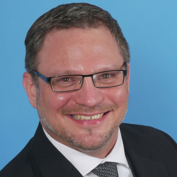 Pastor André Dittmann blauer Hintergrund 1