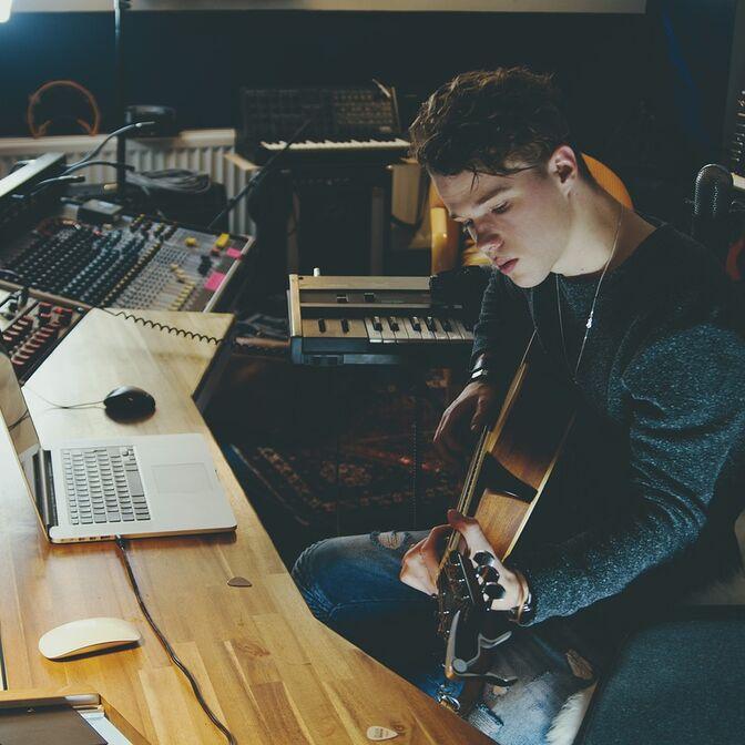 Gitarrist am Schreibtisch