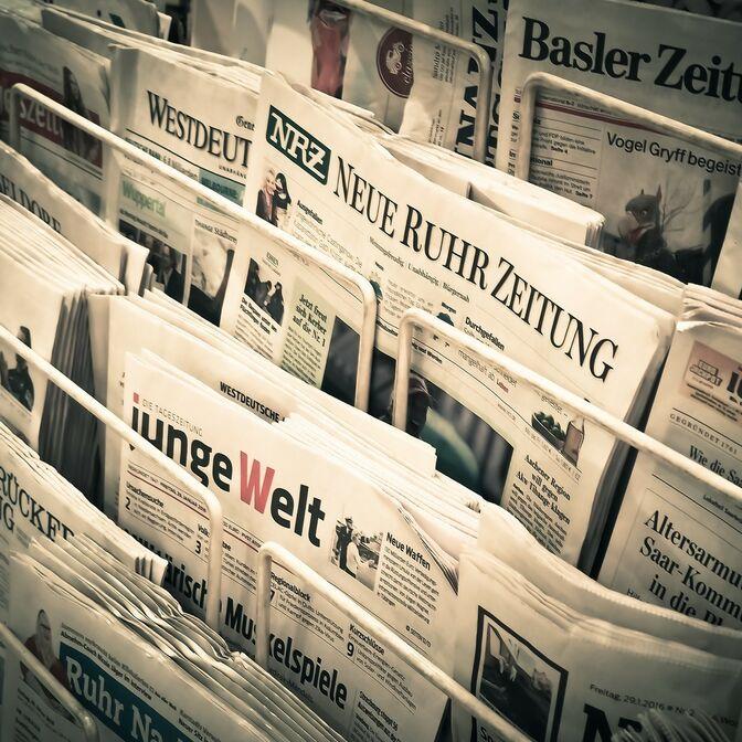 Zeitungen im Ständer