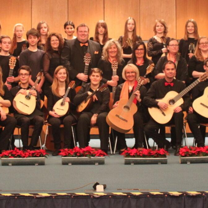 ZOW und Jugendorchester der Musikschule - gemeinsames Gruppenbild fzh 2015 2000