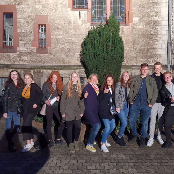 """Die Theaterabonnementgruppe überbrückt die Wartezeit vor der Aufführung von """"Philoktet"""" im Fridtjof-Nansen-Haus."""