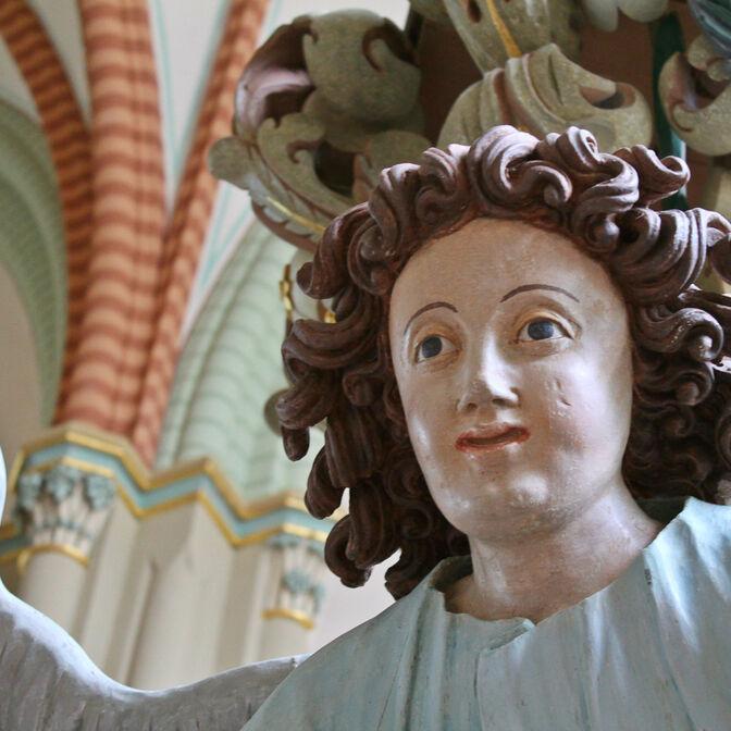 Taufengel in der St.-Salvatoriskirche in Zellferfeld.