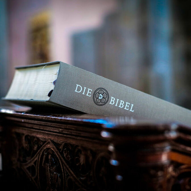 Bibel auf Holzaltar