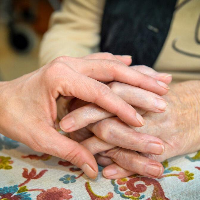 betende Hände beschützende Hände