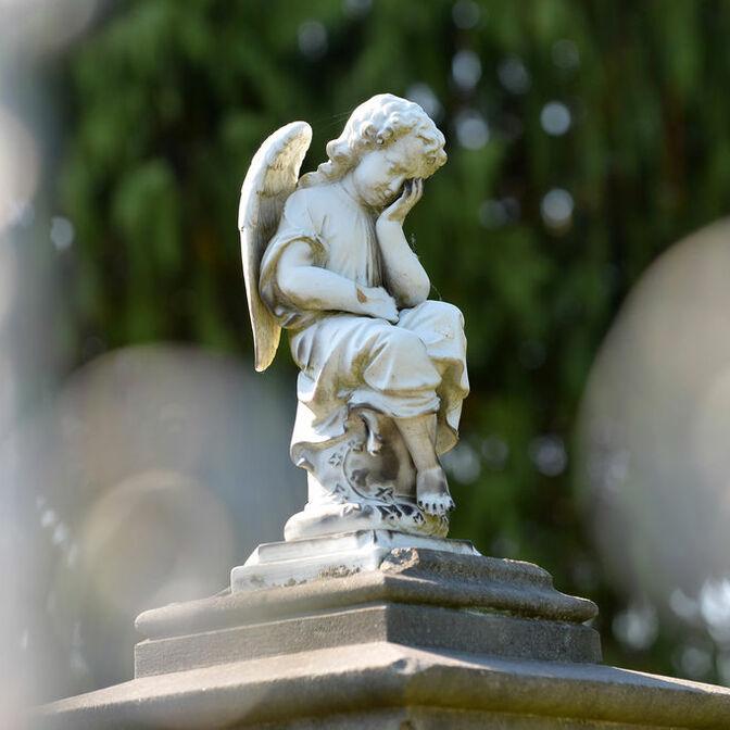 Friedhof in Voelksen bei Springe / Friedhofsengel.