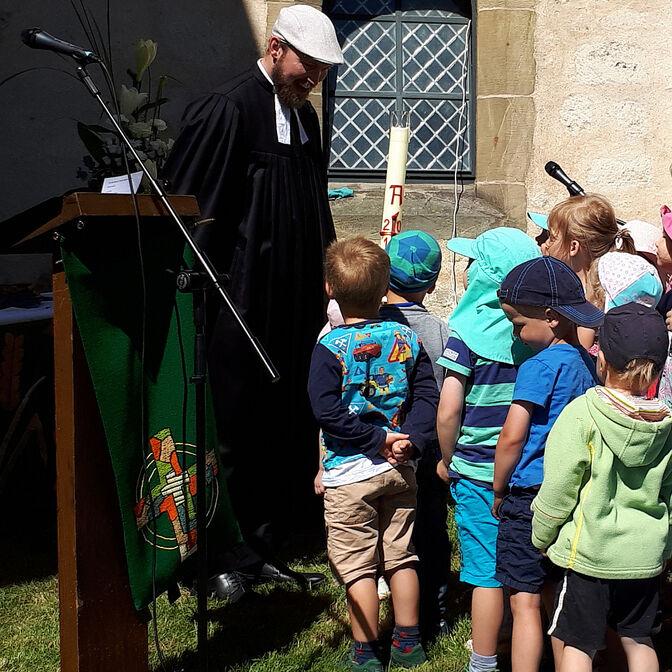 Sommerkriche Lühnde/Pastor und Kinder 20180701_105324