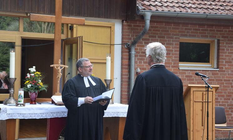 Pastor André Dittmann (2. stv. Superintendent) entpflichtet Pastor Edelmann