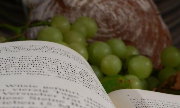 Brot und Trauben auf dem Altar