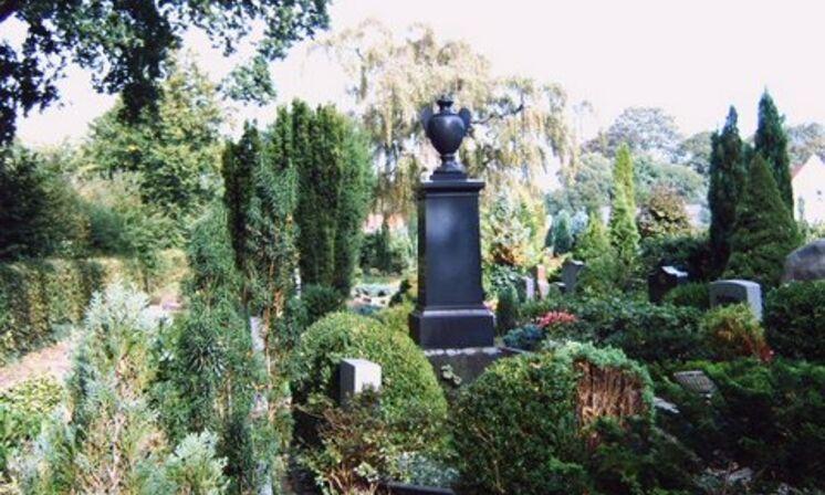Grabmal-schwarz-in der Grabanlage